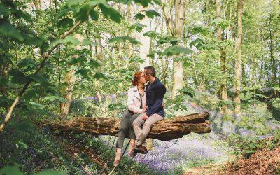 Une séance engagement romantique dans une forêt de jacinthes des bois
