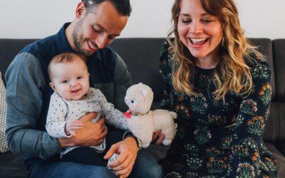 Séance d'une jolie famille à la maison